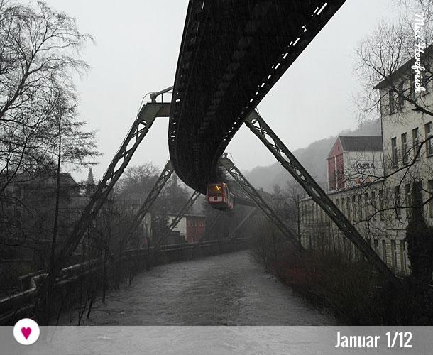 12tel-Blick von Wuppertal Januar mit Schwebebahn