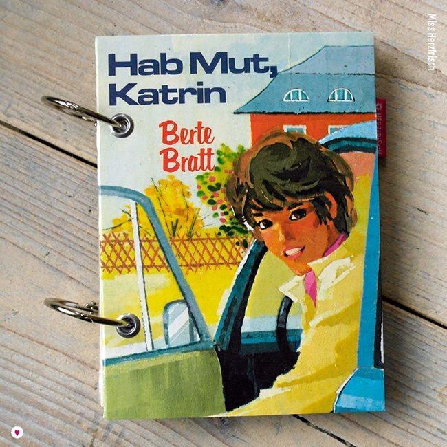 Miss Herzfrischs Vergissmeinnicht Retro Notizbuch Hab Mut Katrin von Berte Bratt freut sich Ihnen jeden Tag ein bißchen schöner und bunter zu machen.