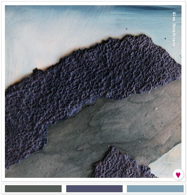 Materialcollage auf Holz in Blautönen